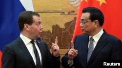 지난 2013년 중국 베이징을 방문한 드미트리 메드베데프 러시아 총리(왼쪽)가 리커창 총리와 회담하고 있다.