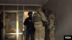 Pripadnici EULEX policije prilikom hapšenja predsednika Udruženja veterana OVK (Foto: VOA)