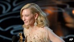 """Cate Blanchett acepta el Oscar a Mejor Actriz por su papel en """"Blue Jasmine"""". Teatro Dolby, Los Angeles. Marzo 2, 2014. AP."""