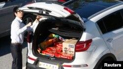 지난해 9월 한국 파주에서 개성공단으로 향하는 한국 기업 관계자의 차량에 '초코파이' 상자가 실려있다. (자료사진)