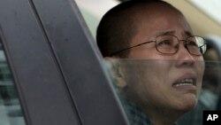 Bà Lưu Hà, vợ của nhà văn đang bị tù Lưu Hiểu Ba, khóc bên ngoài trại giam, nơi ông Lưu Huy em trai của bà bị cầm tù