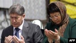Prezident Roza Otunbayeva va Bosh vazir Almazbek Atambayev o'tgan yilning 7 aprelidagi qo'zg'olonda halok bo'lganlarni xotirlash marosimida, Bishkek