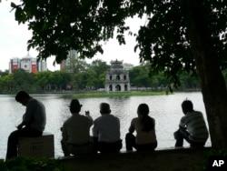 những hàng cổ thụ của Hà Nội tự bao giờ đã đi vào thơ, vào nhạc.