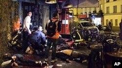 Para korban ledakan terlihat di trotoar di luar restoran La Belle Equipe, Paris (13/11).