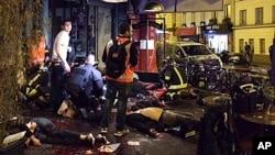 Victimes à l'extérieur du restaurant La Belle Équipe à Paris le 13 novembre 2015.