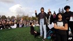 Группа женщин-студенток из Центрального колледжа и университета Сиэтла вместе со школьниками протестуют против избрания президентом Дональда Трампа