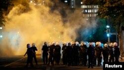 Cảnh sát chống bạo động đụng độ với người biểu tình chống chính phủ tại Ankara, Thổ Nhĩ Kỳ, ngày 3/6/2013.