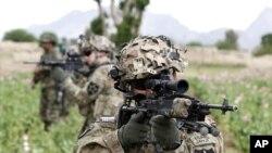 Binh sĩ Hoa Kỳ tuần tra với binh sĩ Afghanistan ở tỉnh Kandahar, miền nam Afghanistan, 21/4/2012
