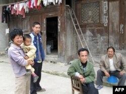 兴坡村的村民(左三为商先生,左一为商太太)