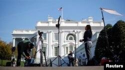 Sejumlah awak media menunggu berita hasil pilpres AS 2020 di Gedung Putih, 5 November 2020.
