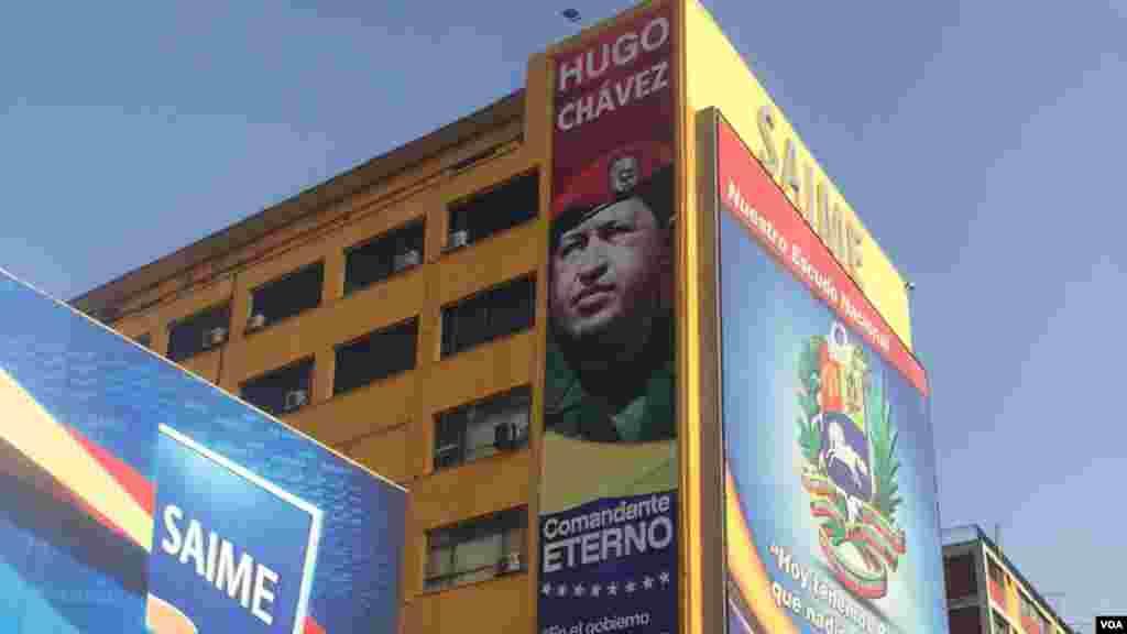 Cartel destaca figura de Hugo Chávez en la fachada del SAIME, ente encargado de la identificación y registro de los ciudadanos en territorio venezolano, adscrito al Ministerio de Interior, Justicia y Paz. [Foto: Carolina Alcalde/VOA]