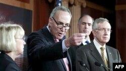 Thượng nghĩ sĩ Charles Schumer trong cuộc họp báo tại Ðiện Capitol ở Washington