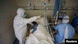 Des agents de la santé s'occupent d'un patient en isolation à l'hôpital de la Croix-Rouge de Wuhan, l'épicentre de la nouvelle épidémie de coronavirus, dans la province de Hubei, en Chine, le 16 février 2020. (China Daily via REUTERS)
