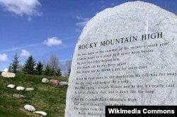 미국 콜로라도주 아스펜의 리오 그란데 공원에 위치한 존 데버의 묘지. 묘지비 위에 '로키 마운틴 하이(Rocky Mountain High)' 가사 적혀있다.