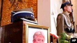 Un soldat de l'armée polonaise se tient à côté de l'urne contenant la cendre du colonel Ryszard Kuklinski, à la cathédrale militaire lors de la cérémonie funèbre à Varsovie, Pologne, 19 juin 2004.