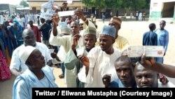 Des électeurs sont en ligne lors des primaires du parti au pouvoir, le Congrès des progressistes (APC), à Borno, Nigeria, 28 septembre 2018. (Twitter/Ellwana Mustapha)