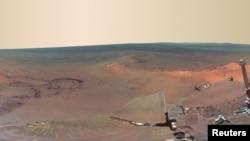 """Vista parcial de la foto de un cráter en Marte, compuesta por 817 imágenes tomadas durante 120 días por el vehículo de exploración Mar Exploration Rover Opportunity, que según la NASA muestra lo que es """"lo más cercano a estar"""" en el Planeta Rojo."""