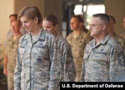 General Lori Robinson (chapda) endi dunyodagi eng qudratli harbiy qo'mondonliklardan birining rahbari