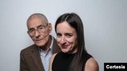 Maite Alberdi, directora del documental junto a Sergio Chamy, el detective Romulo Aitken en la cinta. [Foto cortesía CinemaChile].