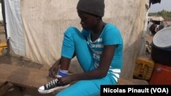 Lami John a quitté Gwoza, dans l'Etat de Borno, après une attaque de Boko Haram sur son village. Elle a été kidnappée pendant 15 jours et des militants du groupe terroriste lui ont tiré dans la jambe. 7 mars 2016, Abuja. (VOA/Nicolas Pinault)
