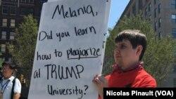 Un manifestant anti-Trump, Public Square, Cleveland, le 19 juillet 2016 (VOA/Nicolas Pinault)