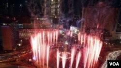 Kembang api menghiasi Tugu Selamat Datang Jakarta dalam peluncuran 200 hari menjelang SEA Games 25 April yang lalu (foto:dok).