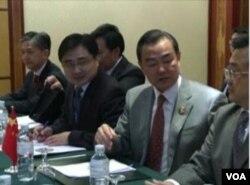 中国外交部长王毅率领中方官员参加东盟会议(美国之音视频截图)