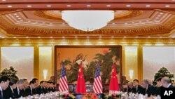 拜登與習近平分別率領美中兩國代表團8月18日在北京人民大會堂舉行會談