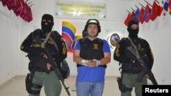"""Daniel """"El Loco"""" Barrera es visto poco después de su captura en San Cristóbal, Venezuela, cerca de la frontera con Colombia."""