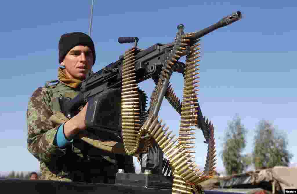 افغان نیشنل آرمی کا ایک فوجی اپنی پوزیشن سنبھالے ہوئے