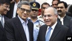 파키스탄 수도 이슬라마바드에서 살만 바쉬르 파키스탄 외교부 차관과 악수를 나누는 S M 크리슈나(좌측) 인도 외무장관