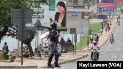 Un policier en patrouille dans les rues de Lomé, au Togo, le 18 octobre 2017. (VOA/Kayi Lawson)