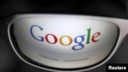 和谷歌电邮相关的谷歌检索网页反映在一个人的墨镜上