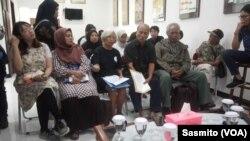 Para korban dan keluarga korban pelanggaran HAM di kantor Komnas HAM, Jakarta, Senin (9/12). (Foto: VOA/Sasmito)