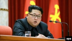 Nhà lãnh đạo Bắc Triều Tiên Kim Jong Un nói chuyện tại phiên họp Ủy ban Trung ương Đảng Công nhân Triều Tiên ngày 12/1/2016.