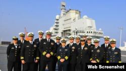 美国海军代表团登上辽宁舰(网络截图)