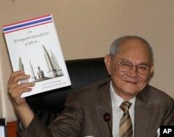 Chủ tịch Ủy ban Soạn thảo Hiến pháp Meechai Ruchupan cầm bản dự thảo hiến pháp mới trong một cuộc họp báo tại Quốc hội ở Bangkok, Thái Lan, ngày 29 tháng 3 năm 2016.