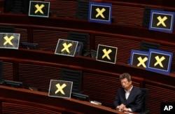 Sau khi chính phủ Hồng Kông loan báo kế hoạch cải cách, các nhà lập pháp dân chủ đã rời khỏi trụ sở nghị viện để phản đối.