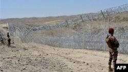 پاکستان اور افغانستان کے درمیان سرحد پر، جسے ڈیورند لائن بھی کہا جاتا ہے، پاکستان نے دہشت گردوں کی آزادانہ نقل و حرکت روکنے کے لیے آہنی باڑ نصب کر دی ہے۔