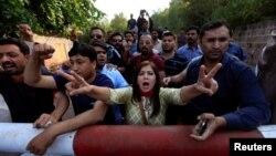 Những người ủng hộ lãnh đạo đối lập Pakistan Imran Khan hô khẩu hiệu chống chính phủ bên ngoài dinh thự của ông Khan ở Islamabad, Pakistan, 28 tháng 10 năm 2016.
