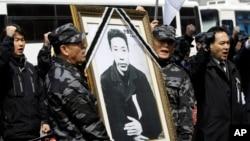 2010年3月26日,前韓國陸軍司令情報特遣隊士兵舉著獨立鬥士安重根的遺像在他被日本處死一百週年之際在日本駐首爾大使館前示威。