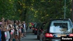Ðoàn xe chở quan tài các nạn nhân về tới Hà Lan.