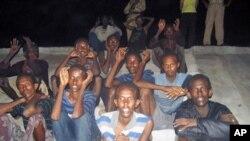 图为被抓获的索马里海盗