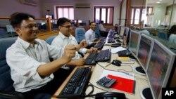 Para pialang saham India bergembira melihat perkembangan di bursa saham Mumbai (13/5). (AP/Rajanish Kakade)
