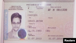 在逃前美國情報機構合同工斯諾登的庇護證件。