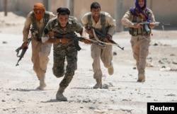Kürdlər İŞİD-in məğlub edilməsində ABŞ-ın başçılıq etdiyi koalisiyaya yardım göstəriblər. Fotoda YPG döyüşçüləri İŞİD-in paytaxt elan etdiyi Raqqada savaşarkən. 3 iyul, 2017.