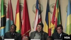 Menlu Libya Abdelati Obeidi (tengah) ikut menghadiri KTT Uni Afrika soal Libya di Sipopo, pinggiran ibukota Malabo, Guinea Khatulistiwa.