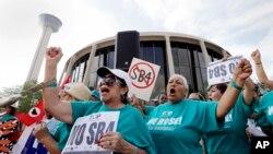 Các người biểu tình chống luật mới về thành phố 'chứa chấp' di dân không giấy tờ bên ngoài Tòa án Liên bang tại San Antonio, ngày 26/6/2017.