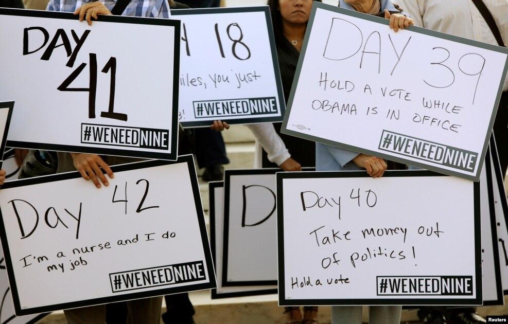 바락 오바마 미국 대통령이 지명한 9번째 연방대법관을 조속히 인준할 것을 상원에 요구하는 시민운동 단체 '위 니드 나인' 관계자들이 워싱턴 DC 대법원 앞에서 대법관 정원 부족 일수를 적은 피켓을 들고 시위하고 있다. 지난 3월 오바마 대통령에 의해 연방대법관 후보자로 지명된 메릭 갈런드 워싱턴DC 연방항소법원장은 여전히 인준을 받지 못하고 있고, 이에 따라 연방대법원은 지난 3일부터 시작된 2016∼2017 업무연도를 정원에서 1명 모자란 '8인 체제'로 시작했다.