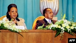 Congo's President Denis Sassou Nguesso (R) and Central African Republic President Catherine Samba Panza (L) attend talks gathering key players in the Central African conflict, July 21, 2014, in Brazzaville, to end more than a year of sectarian bloodshed.
